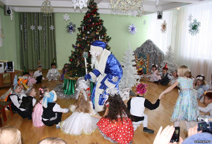 Дед мороз пришел в гости к ребенку